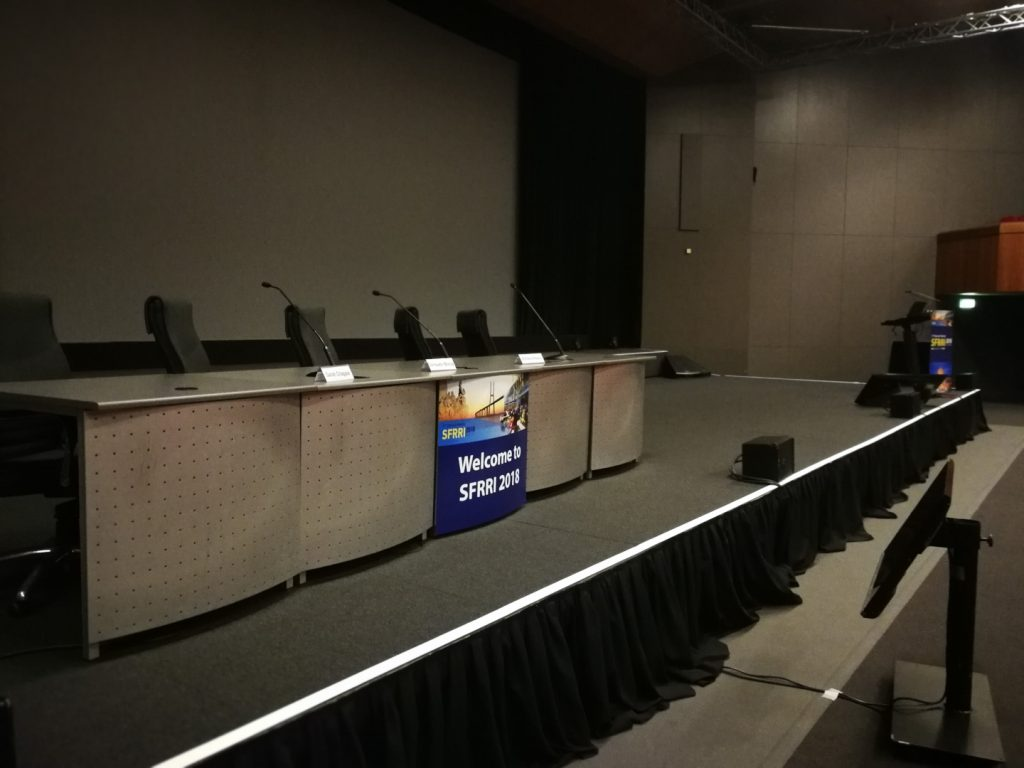 SFRRI 2018 - Preparação da Mesa Presidencial e Púlpito com Imagem do Evento