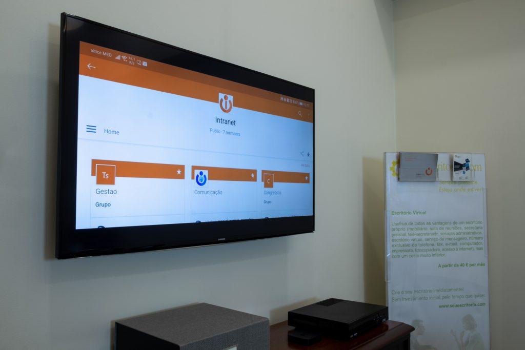 Sala de Reuniões equipada com Smart TV e Apple TV