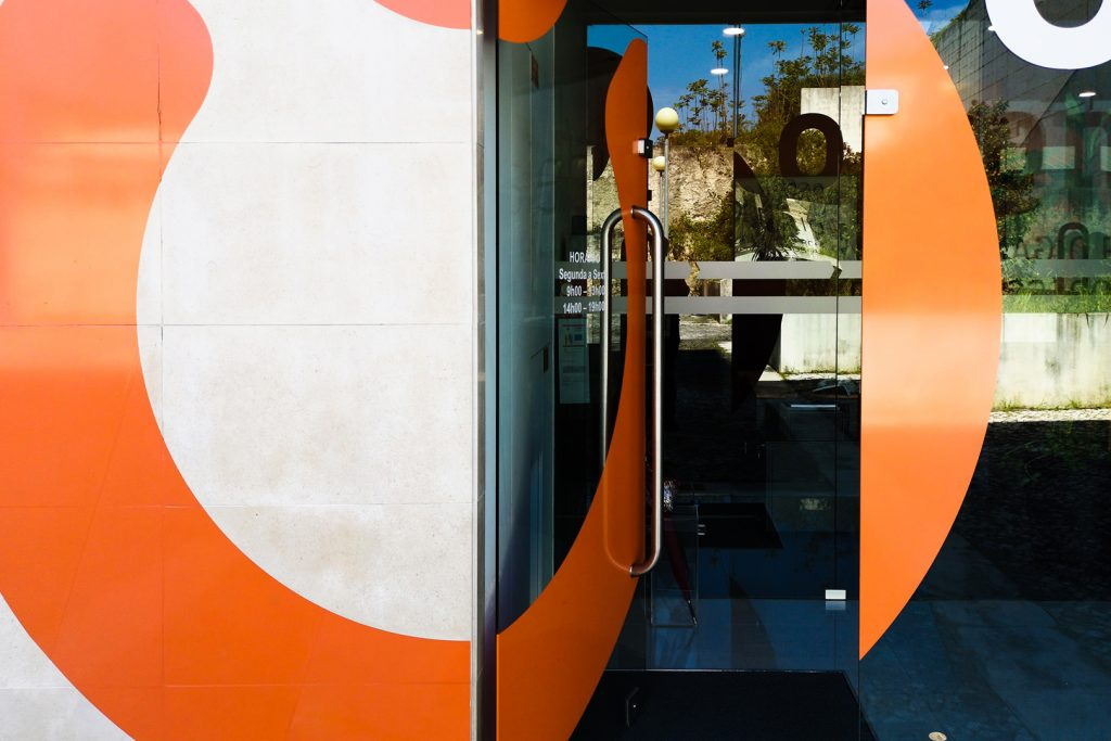 De porta aberta... Visite-nos!